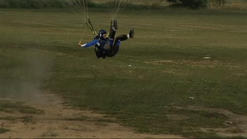 qeulque blesseur aprè q'il a tombè de sa parachute The-bounce-146c799